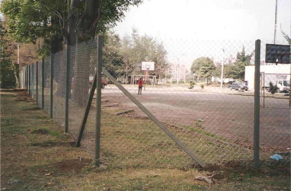 Cerramiento con postes plasticos y malla metalica - Alambradas para fincas ...