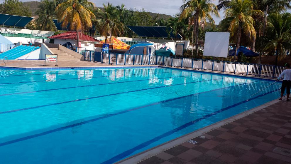 Cerramientos plasticos para piscina normalizados anticloro for Piscinas plasticas colombia