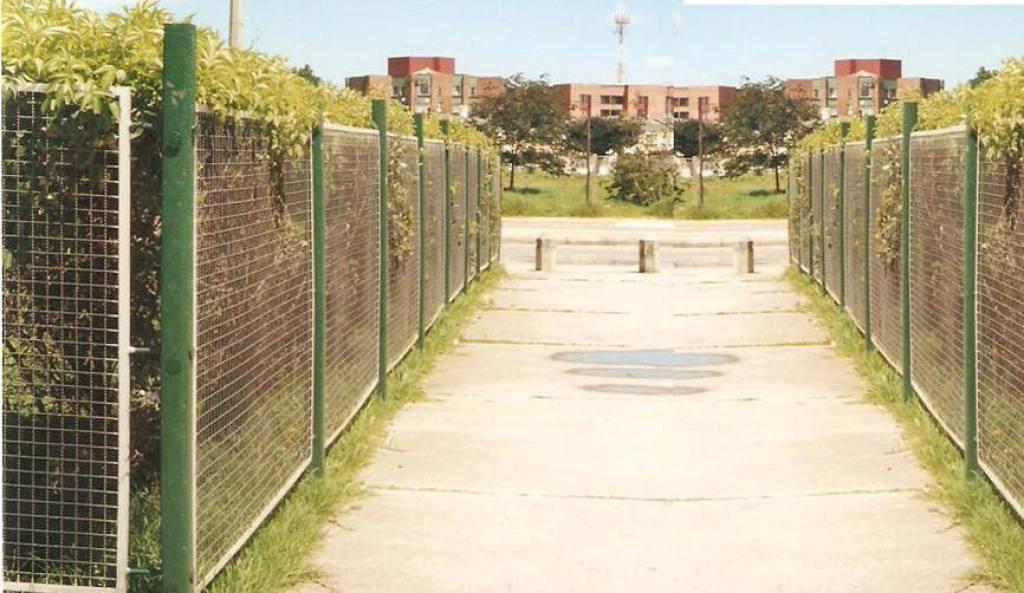 Cerramiento con postes plasticos y malla metalica - Cerramientos jardin ...